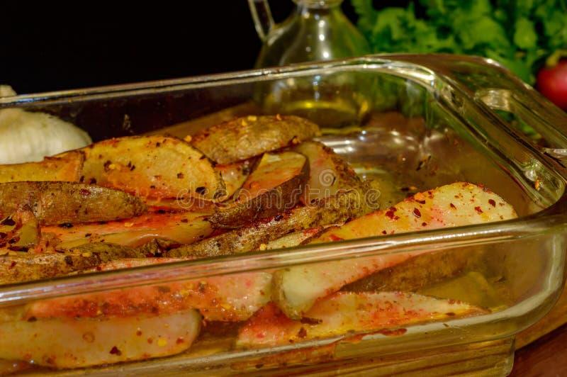 Μαγειρευμένες χρυσές σφήνες πατατών στοκ εικόνες
