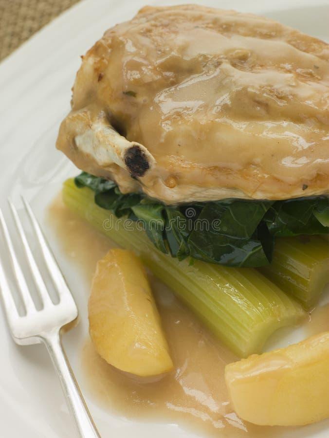 μαγειρευμένη μηλίτης σάλτσα κοτόπουλου σέλινου στηθών στοκ εικόνες