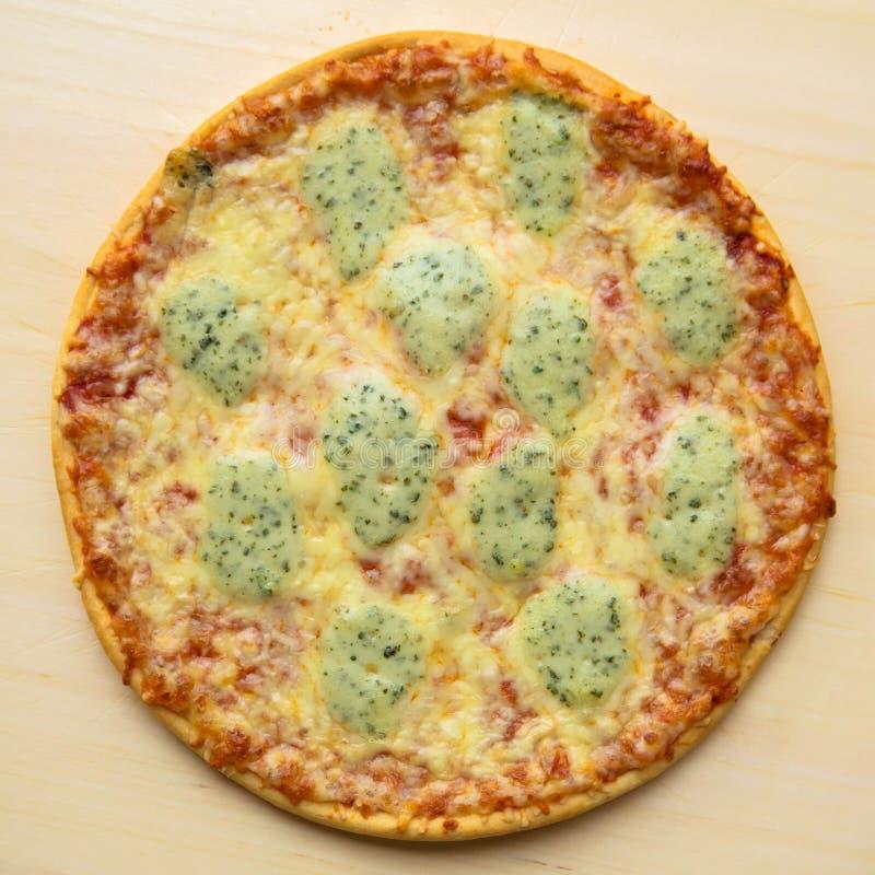 Μαγειρευμένη πίτσα στοκ εικόνες με δικαίωμα ελεύθερης χρήσης