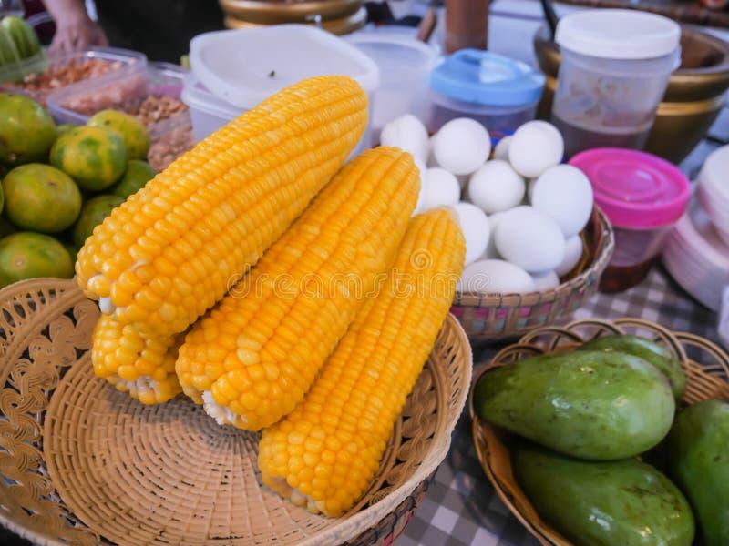 Μαγειρευμένο καλαμπόκι που τοποθετείται σε ένα καλάθι, υγιής οργανική διατροφή στοκ φωτογραφία