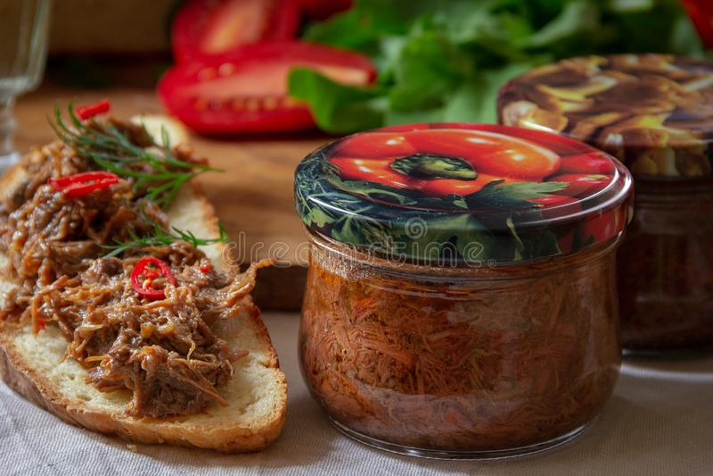 Μαγειρευμένο κρέας στα βάζα γυαλιού στοκ φωτογραφία με δικαίωμα ελεύθερης χρήσης