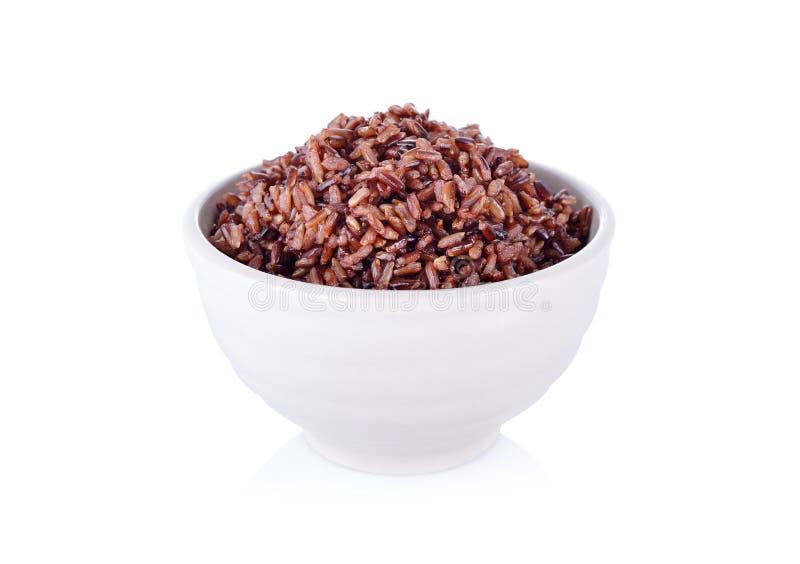 Μαγειρευμένο κόκκινο ρύζι στο άσπρο κύπελλο στο άσπρο υπόβαθρο στοκ φωτογραφία με δικαίωμα ελεύθερης χρήσης
