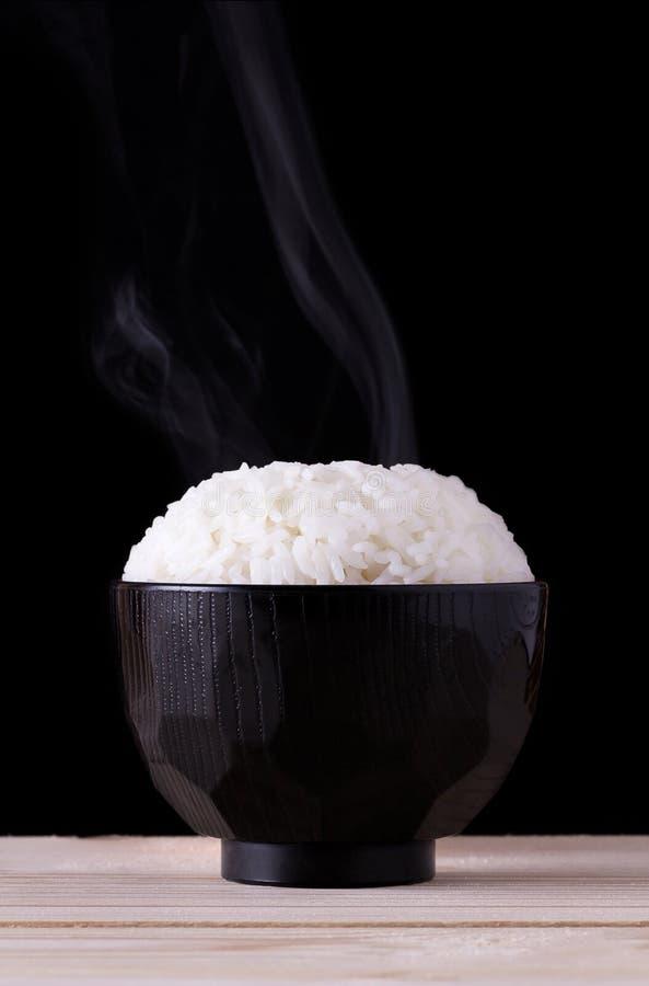 Μαγειρευμένο ρύζι στο μαύρο υπόβαθρο στοκ εικόνα με δικαίωμα ελεύθερης χρήσης