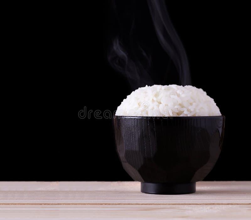 Μαγειρευμένο ρύζι στο μαύρο υπόβαθρο στοκ φωτογραφία με δικαίωμα ελεύθερης χρήσης