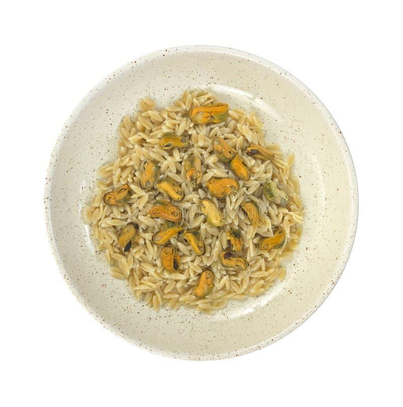 Μαγειρευμένο orzo με τα μαριναρισμένα μύδια στοκ εικόνα