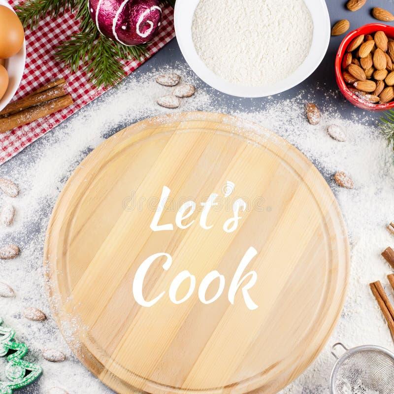 Μαγειρεψτε το απόσπασμα με την κοπή coard, κυλώντας καρφίτσα, συστατικά στο υπόβαθρο στοκ εικόνες