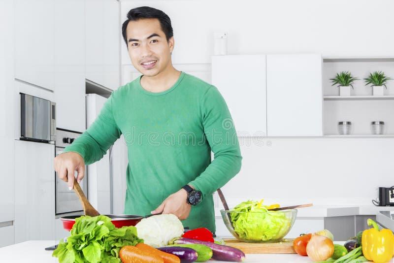 Μαγειρεύοντας λαχανικό νεαρών άνδρων στοκ εικόνα με δικαίωμα ελεύθερης χρήσης