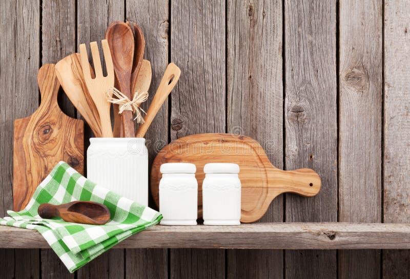 Μαγειρεύοντας εργαλεία κουζινών στο ράφι στοκ φωτογραφία με δικαίωμα ελεύθερης χρήσης