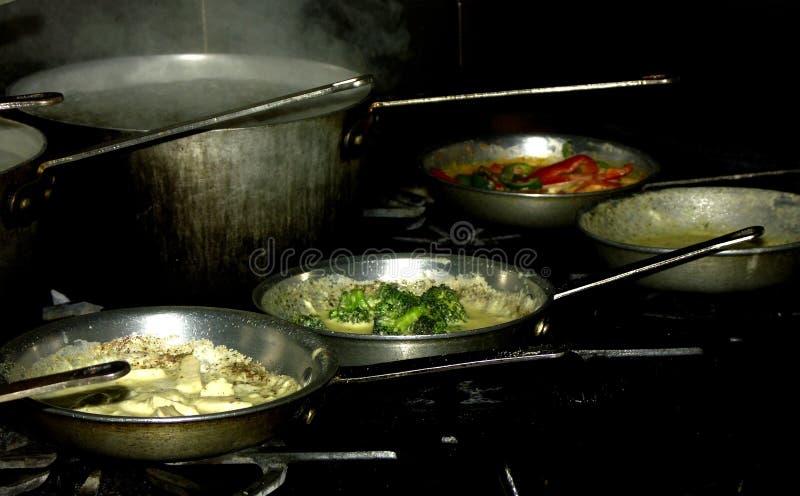 μαγειρεύοντας ζυμαρικά στοκ εικόνες