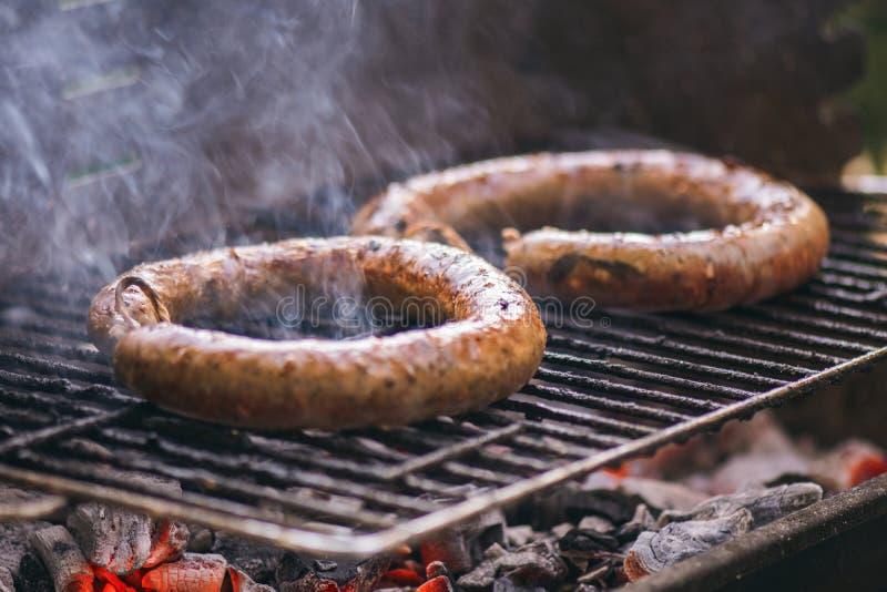 Μαγειρεύοντας και καπνίζοντας κινηματογραφήσεων σε πρώτο πλάνο ξυλάνθρακας Φ σπιτικών σχαρών λουκάνικων στοκ εικόνες με δικαίωμα ελεύθερης χρήσης