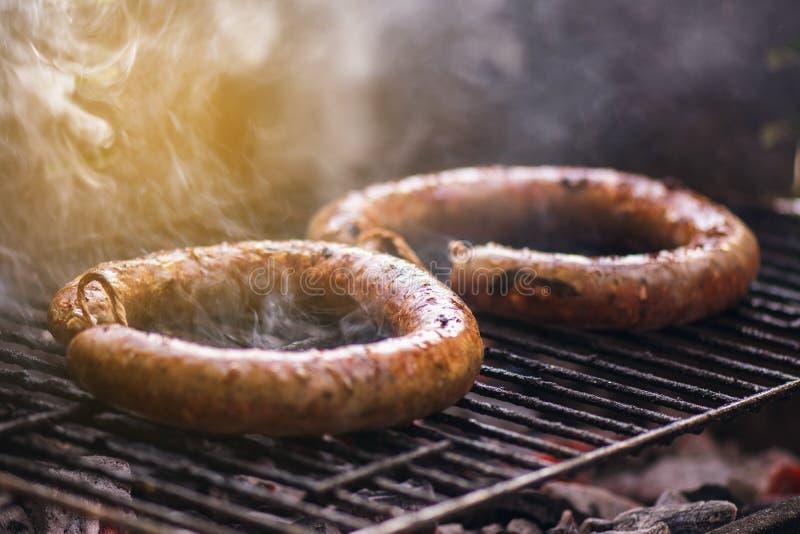 Μαγειρεύοντας και καπνίζοντας κινηματογραφήσεων σε πρώτο πλάνο ξυλάνθρακας Φ σπιτικών σχαρών λουκάνικων στοκ φωτογραφία με δικαίωμα ελεύθερης χρήσης
