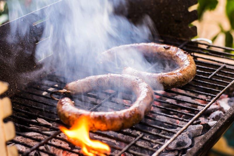 Μαγειρεύοντας και καπνίζοντας κινηματογραφήσεων σε πρώτο πλάνο ξυλάνθρακας Φ σπιτικών σχαρών λουκάνικων στοκ εικόνα με δικαίωμα ελεύθερης χρήσης