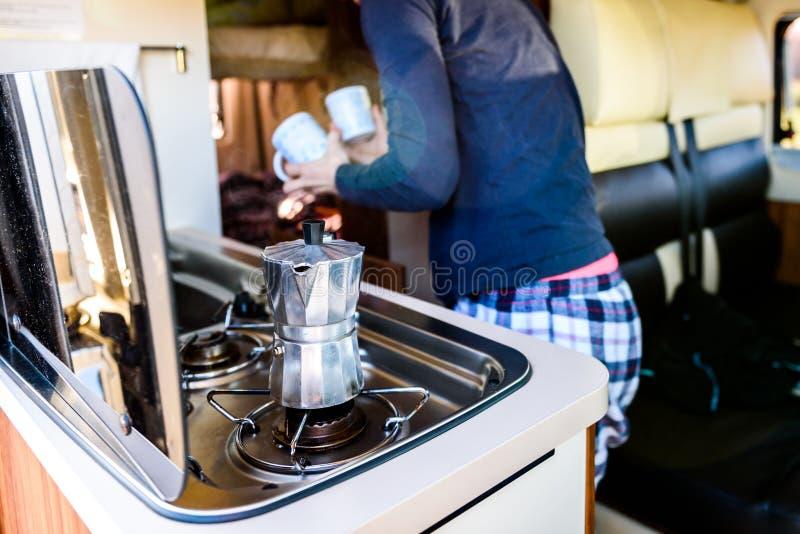 Μαγειρεύοντας καφές σε campervan, το τροχόσπιτο ή το rv στο ταξίδι στρατοπέδευσης στοκ φωτογραφία με δικαίωμα ελεύθερης χρήσης