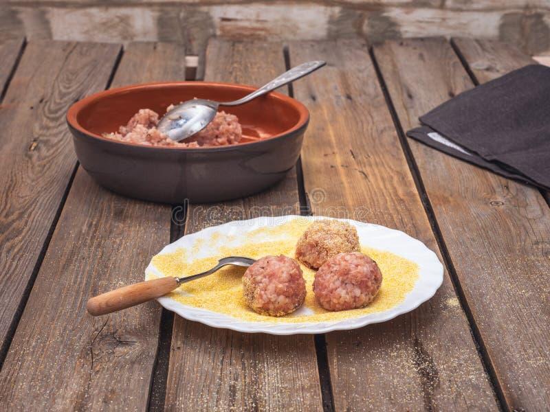 Μαγειρεύοντας κεφτή από το διαιτητικό κρέας της Τουρκίας Κομματιασμένος ακατέργαστος σε ένα βαθύ κεραμικό πιάτο Σύνθεση σε έναν α στοκ φωτογραφίες