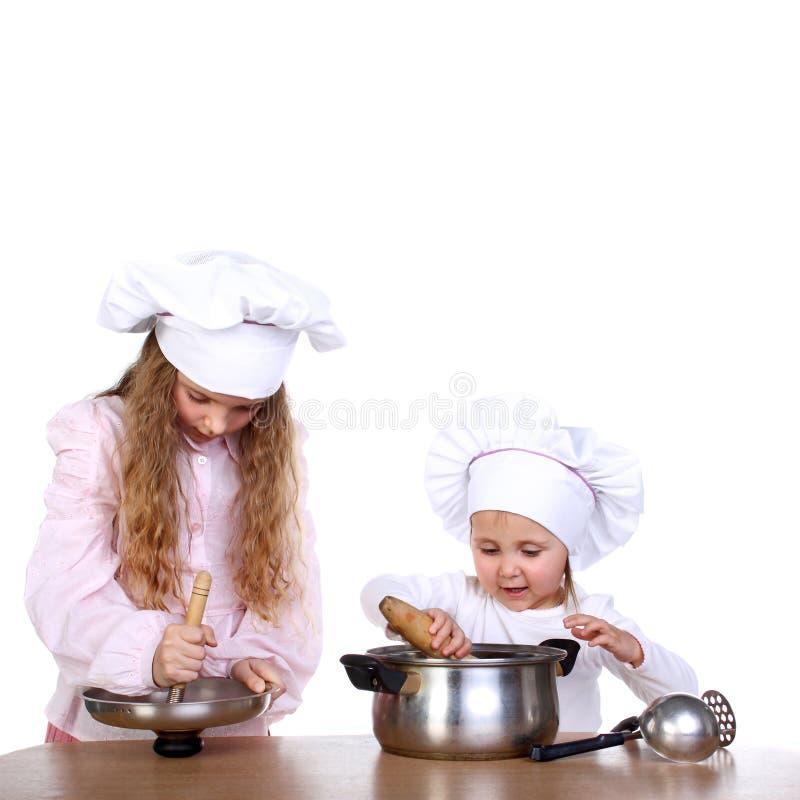 μαγειρεύοντας κορίτσια στοκ εικόνα με δικαίωμα ελεύθερης χρήσης