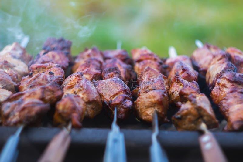 Μαγειρεύοντας κρέας στη σχάρα, κινηματογράφηση σε πρώτο πλάνο, υπαίθρια στοκ φωτογραφίες