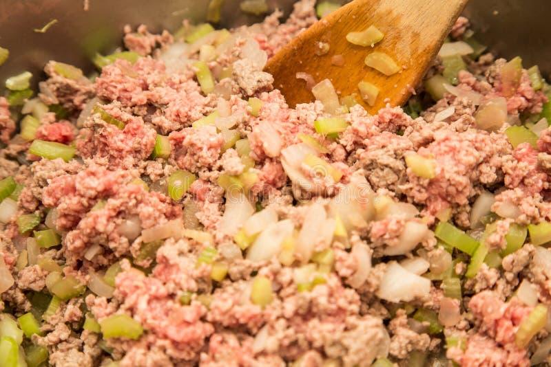 Μαγειρεύοντας κρεμμύδια και σέλινο επίγειου βόειου κρέατος στοκ φωτογραφία με δικαίωμα ελεύθερης χρήσης
