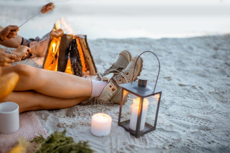 Μαγειρεύοντας λουκάνικα στην πυρκαγιά υπαίθρια στοκ φωτογραφία με δικαίωμα ελεύθερης χρήσης