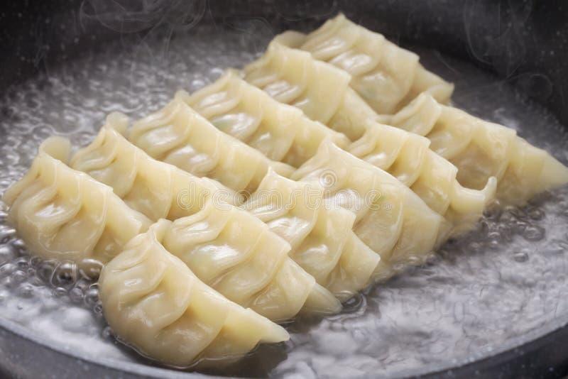 Μαγειρεύοντας μπουλέττες gyoza στοκ εικόνα