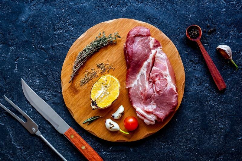 Μαγειρεύοντας μπριζόλα κρέατος έννοιας στη σκοτεινή τοπ άποψη υποβάθρου στοκ εικόνες με δικαίωμα ελεύθερης χρήσης