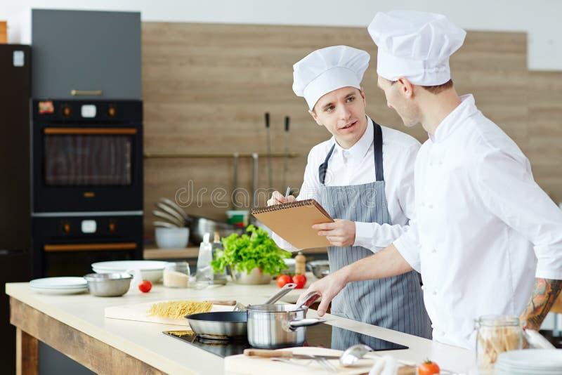μαγειρεύοντας νεολαίε& στοκ φωτογραφία με δικαίωμα ελεύθερης χρήσης