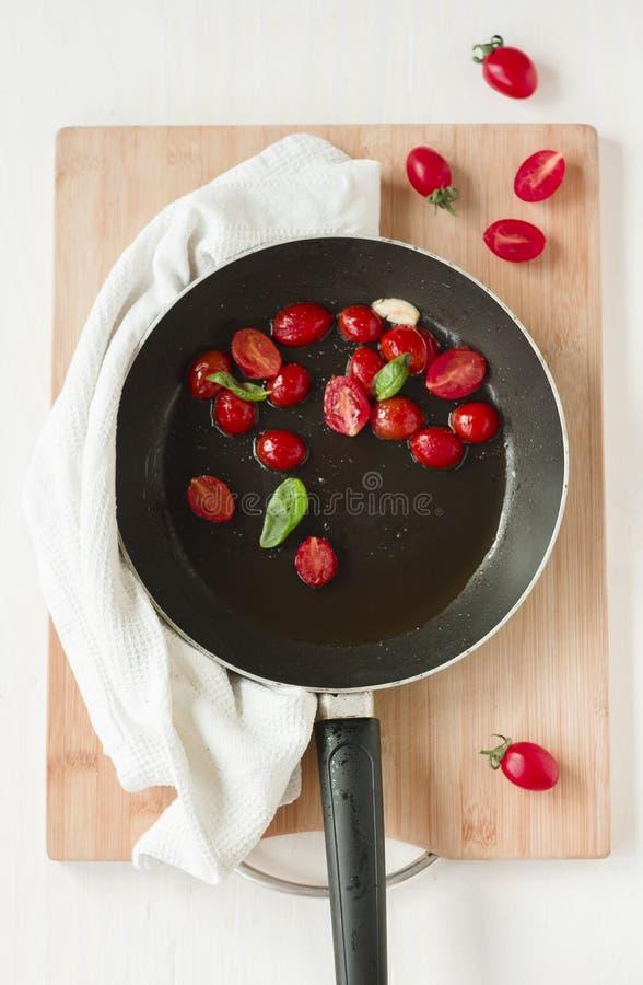 Μαγειρεύοντας ντομάτες κερασιών στοκ εικόνες