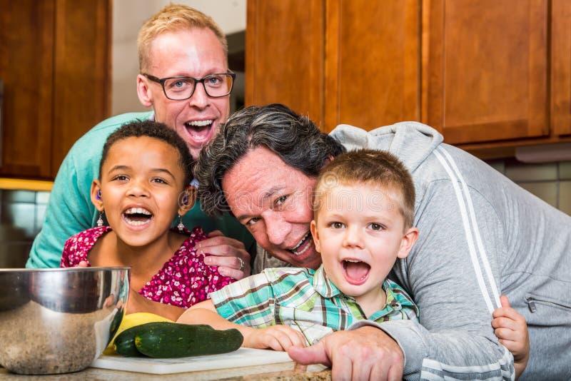 μαγειρεύοντας οικογέν&epsi στοκ εικόνα
