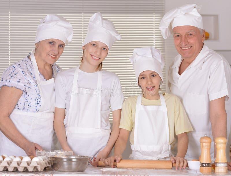 Download μαγειρεύοντας οικογέν&epsi στοκ εικόνα. εικόνα από ζύμη - 62722311