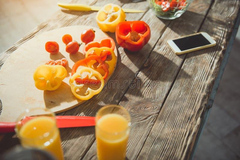 Μαγειρεύοντας πίνακας με τα τρόφιμα και το ποτό στοκ φωτογραφίες