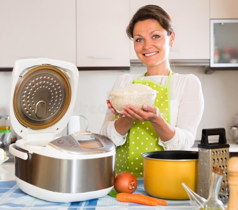 Μαγειρεύοντας ρύζι νοικοκυρών με το multicooker στοκ φωτογραφία με δικαίωμα ελεύθερης χρήσης