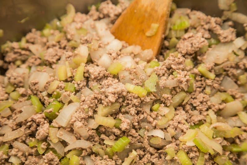 Μαγειρεύοντας σέλινο και κρεμμύδια επίγειου βόειου κρέατος στοκ εικόνες