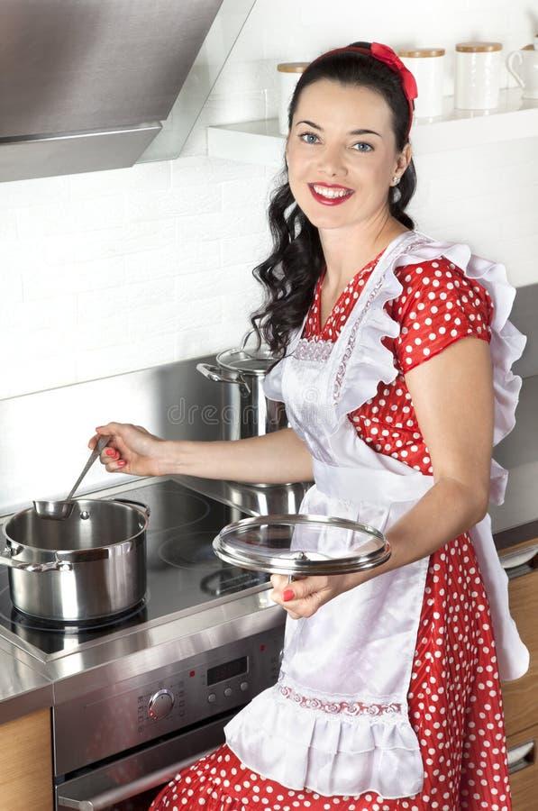 Μαγειρεύοντας σούπα νοικοκυρών στοκ εικόνες