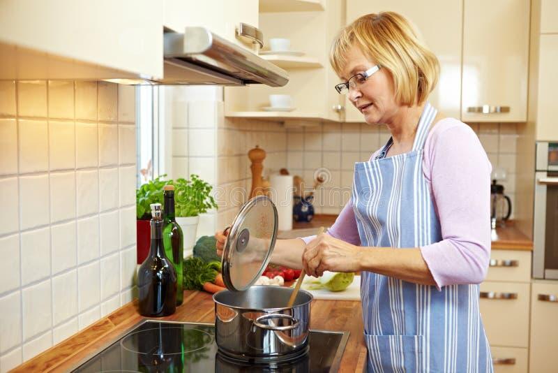 μαγειρεύοντας σούπα νοι στοκ φωτογραφίες