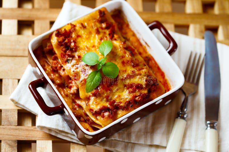 μαγειρεύοντας συστατικά ιταλικά τροφίμων Πιάτο Lasagna με το φρέσκο βασιλικό στοκ φωτογραφία με δικαίωμα ελεύθερης χρήσης