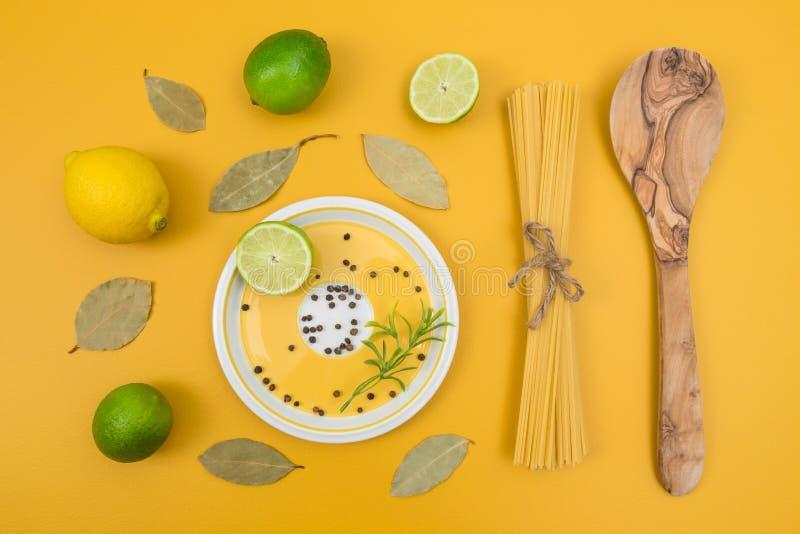 Μαγειρεύοντας συστατικά στο κίτρινο υπόβαθρο στοκ φωτογραφία με δικαίωμα ελεύθερης χρήσης