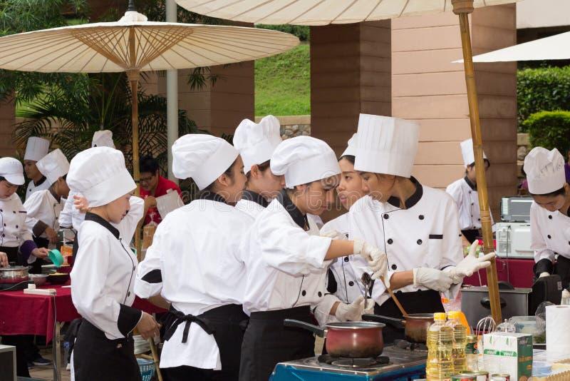 Μαγειρεύοντας σχολείο ανταγωνισμού των σπουδαστών διοίκησης επιχειρήσεων (κατώτερος αρχιμάγειρας σιδήρου) στοκ εικόνες