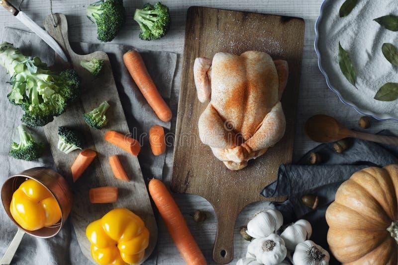 Μαγειρεύοντας Τουρκία για τη τοπ άποψη ημέρας των ευχαριστιών στοκ εικόνα με δικαίωμα ελεύθερης χρήσης