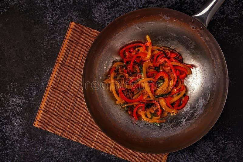 Μαγειρεύοντας το ασιατικό wok με ανακατώστε τα λαχανικά τηγανητών στοκ φωτογραφία με δικαίωμα ελεύθερης χρήσης
