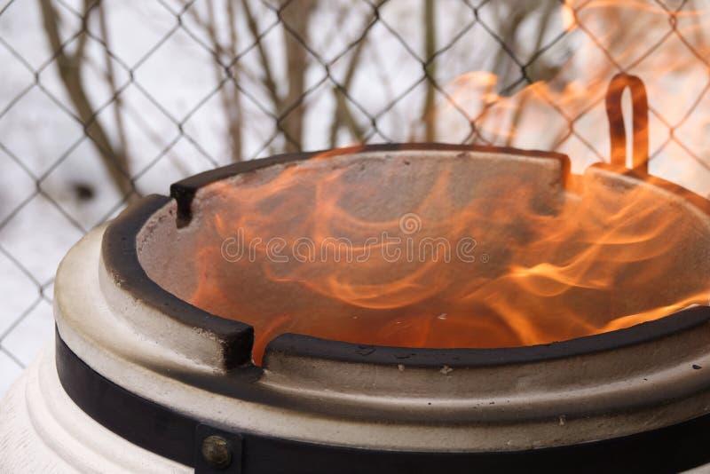 Μαγειρεύοντας τρόφιμα στην πυρκαγιά στοκ φωτογραφία με δικαίωμα ελεύθερης χρήσης