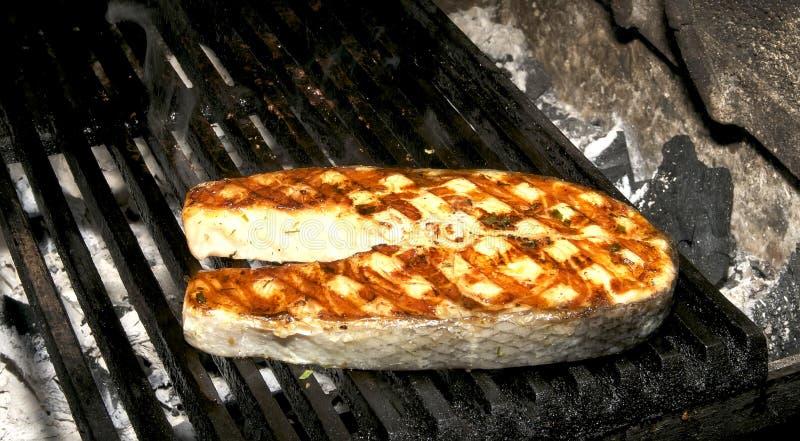 Μαγειρεύοντας ψημένος στη σχάρα μπριζόλα σολομός στοκ εικόνα