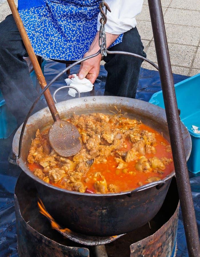 Μαγειρεύοντας goulash σε ένα καζάνι υπαίθρια στοκ εικόνες