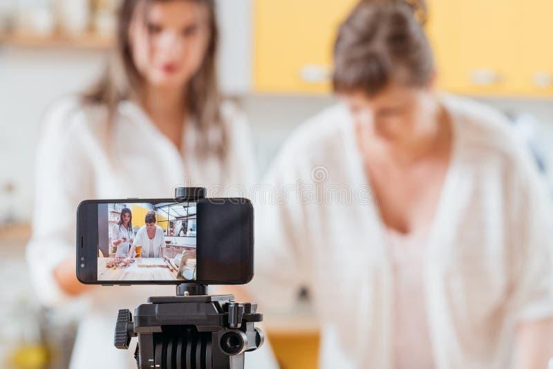 Μαγειρεύοντας vlog γυναίκες που ψήνουν τον εξοπλισμό smartphone στοκ εικόνα