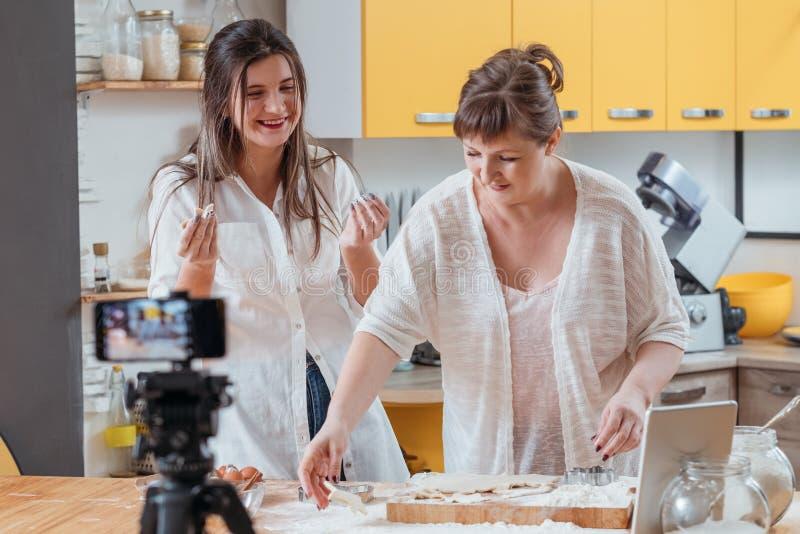 Μαγειρικά blogging σπιτικά μπισκότα οικογενειακού χόμπι στοκ εικόνες