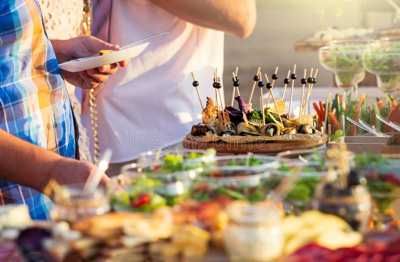 Μαγειρική γαστρονομική έννοια κόμματος μπουφέδων κουζίνας τομέα εστιάσεως τροφίμων στην ηλιόλουστη ημέρα στοκ εικόνα με δικαίωμα ελεύθερης χρήσης