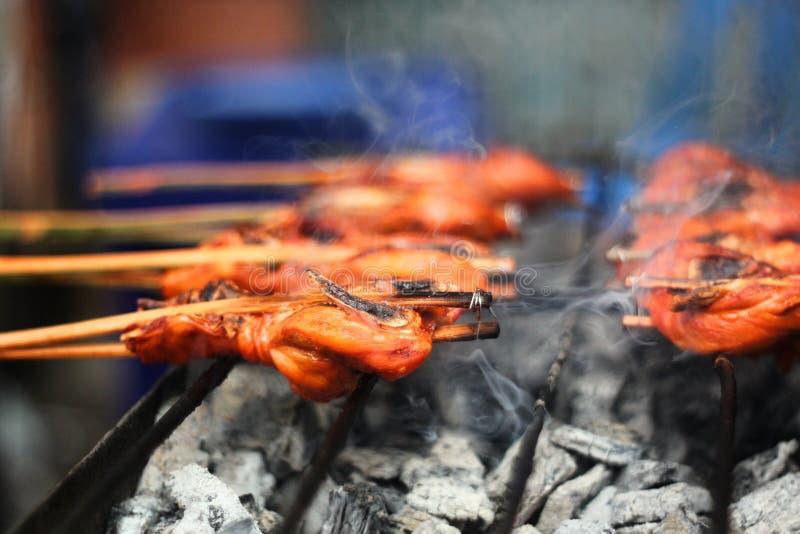 Μαγειρική, ταϊλανδικά ταϊλανδικά τρόφιμα  Ταϊλανδικό κοτόπουλο ψησίματος κουζίνας στοκ εικόνες