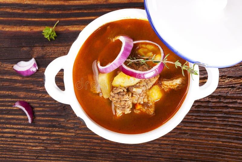 Μαγειρική goulash σούπα στοκ φωτογραφίες