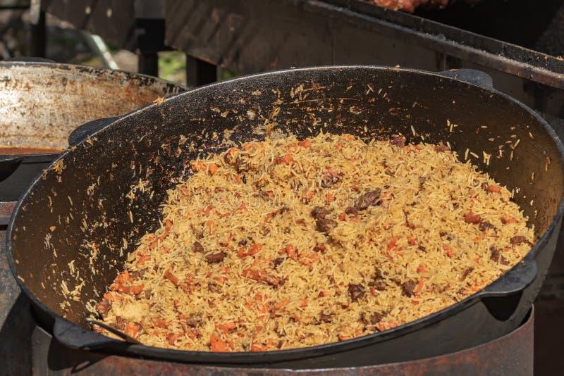 Μαγειρικός μπουφές με τα take-$l*away υγιή τρόφιμα - plov, ρύζι, κρέας, πιπέρι, καρυκεύματα, ψημένα στη σχάρα λαχανικά Ψάρια και  στοκ φωτογραφία με δικαίωμα ελεύθερης χρήσης