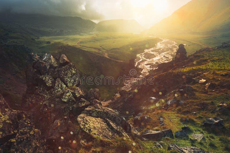 Μαγική άποψη της γραφικής ζωηρόχρωμης κοιλάδας στα βουνά Elbrus το καλοκαίρι σε υπαίθριο, κατά τη διάρκεια του ηλιοβασιλέματος στοκ εικόνα με δικαίωμα ελεύθερης χρήσης
