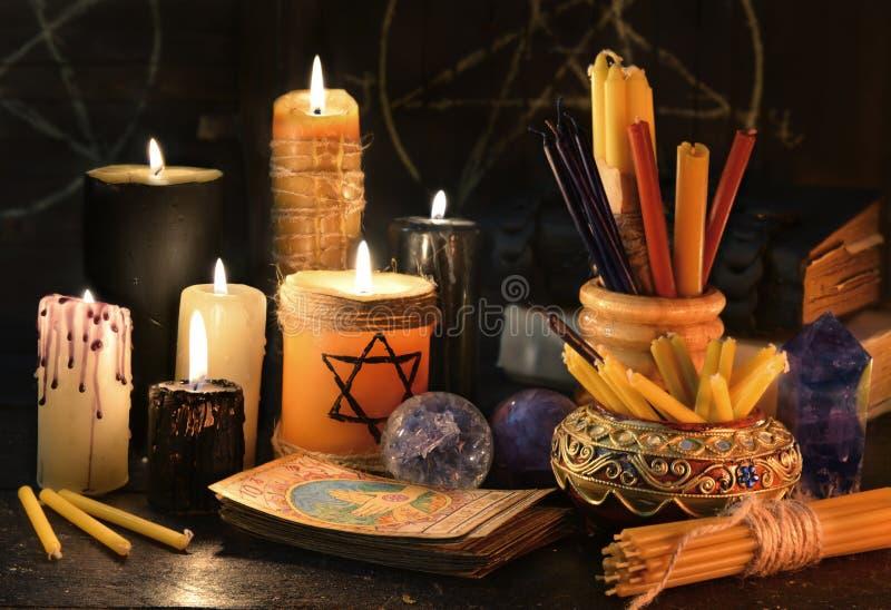Μαγική ακόμα ζωή με τα κεριά, τα βιβλία και τις κάρτες tarot στοκ εικόνες