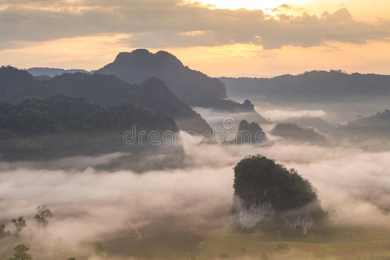 Μαγική ανατολή μεταξύ του εθνικού πάρκου Κα Phu υδρονέφωσης lang στοκ εικόνες